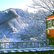 *【冬の大文字】雪景色に浮かび上がる大文字と箱根登山電車。