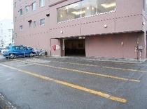 屋外駐車場は建物に隣接しております。ワゴン車等大型車の駐車もOK!