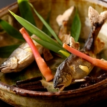 鮎の塩焼きは癖がなく、頭から尾まで食べられちゃいます