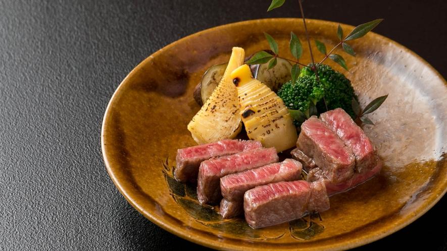 能登牛の炭火焼き③  肉質のキメが細かい能登牛。舌の上でとろけるような柔らかさ、甘味が特徴