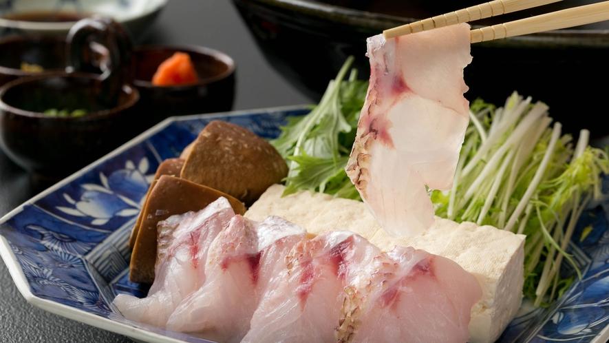 鮮魚のしゃぶしゃぶ②  生でも食べられる鮮魚のしゃぶしゃぶ。サッと湯にくぐらせることで、絶妙な歯ごた