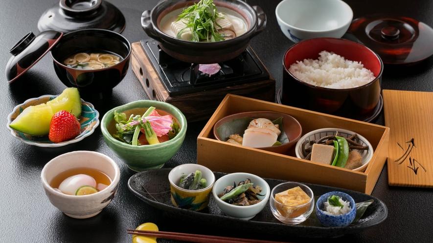 【朝食】  ホッと心和ませる朝食。金沢の郷土料理「ベロベロ」をはじめ、和の味わいを楽しめます