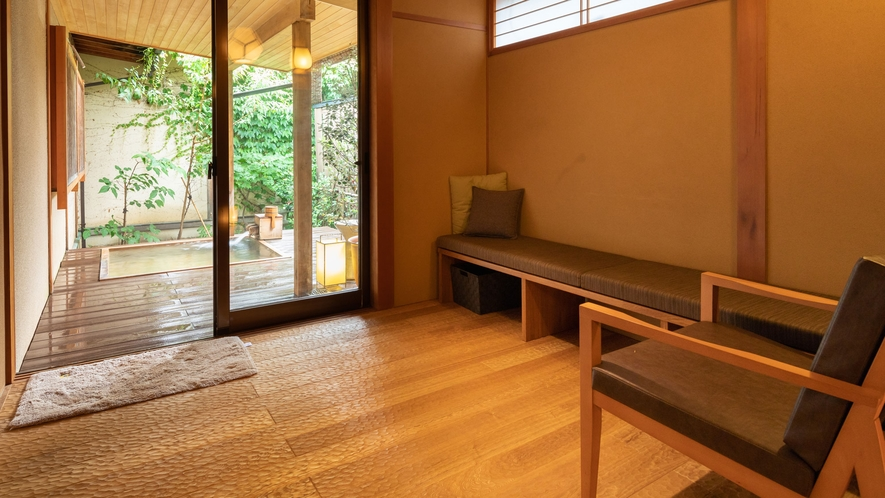 露天風呂付客室「山吹」、室内からみた露天風呂です