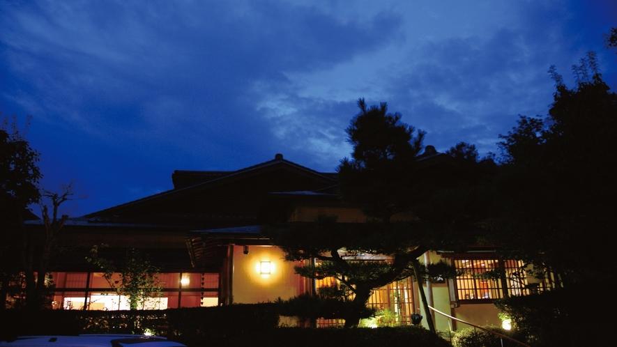 静かな山あいの旅館に夜が訪れました