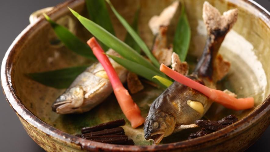 鮎の塩焼きは癖がなく、頭から尾まで食べられちゃいます(写真は料理一例です)