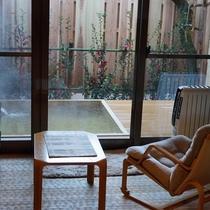 露天風呂付き客室【百合】。部屋の外に、いつでもご入浴いただける露天風呂付きです