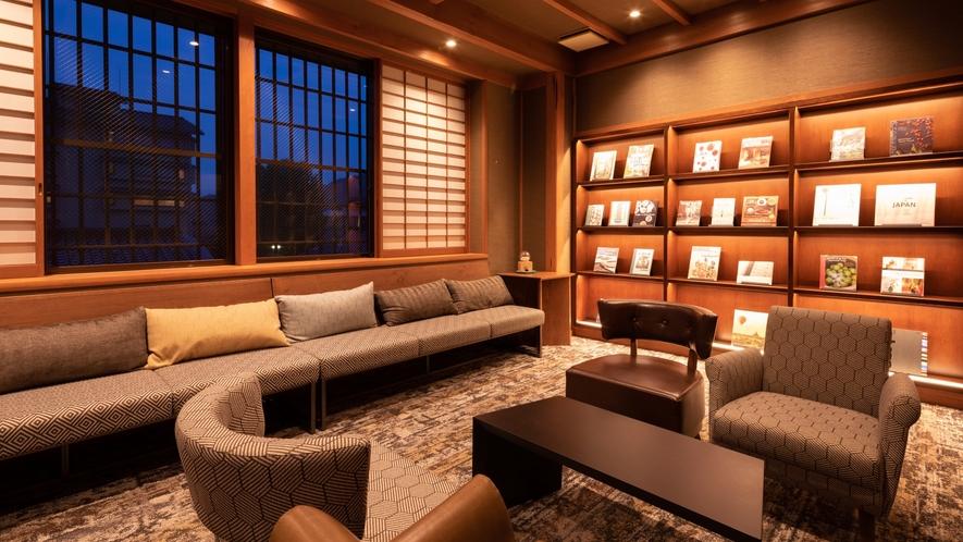 「ハートニングルーム」ご滞在中、本を読むなど思い思いにお過ごしいただけます
