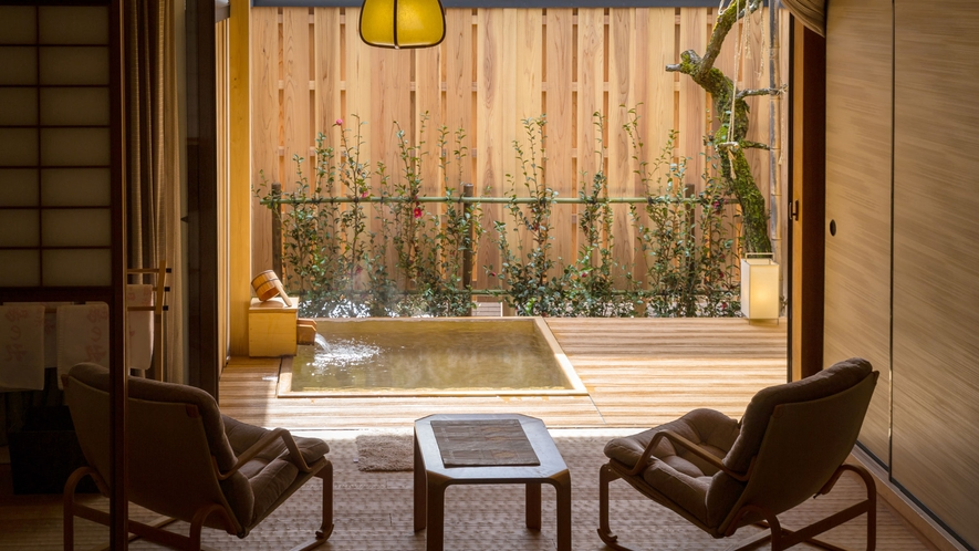 庭を眺めながら、寛ぎのひとときを(露天風呂付き客室 百合)