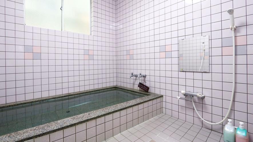 小浴場■小さいほうの浴場でも足を伸ばしてゆったり浸かれますよ。