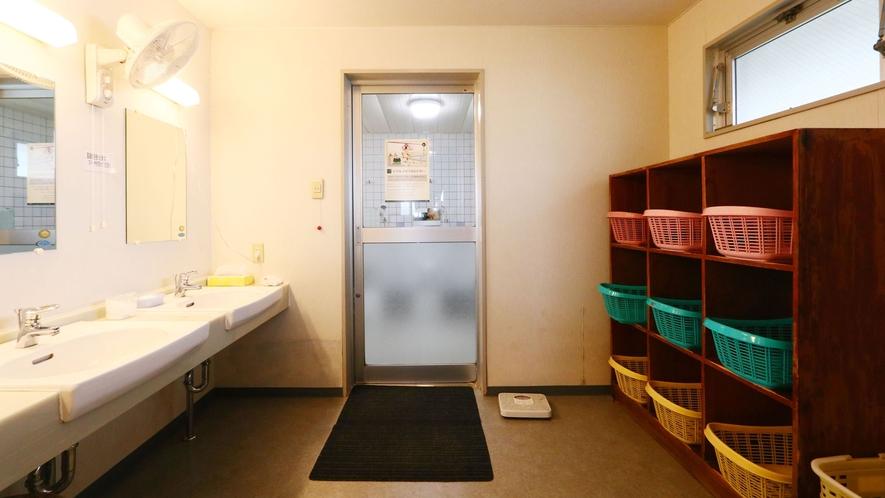 大浴場■脱衣所も広々!ドライヤーは客室にございます。