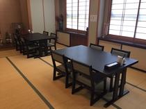 広間も椅子に腰かけるテーブル席になりました。