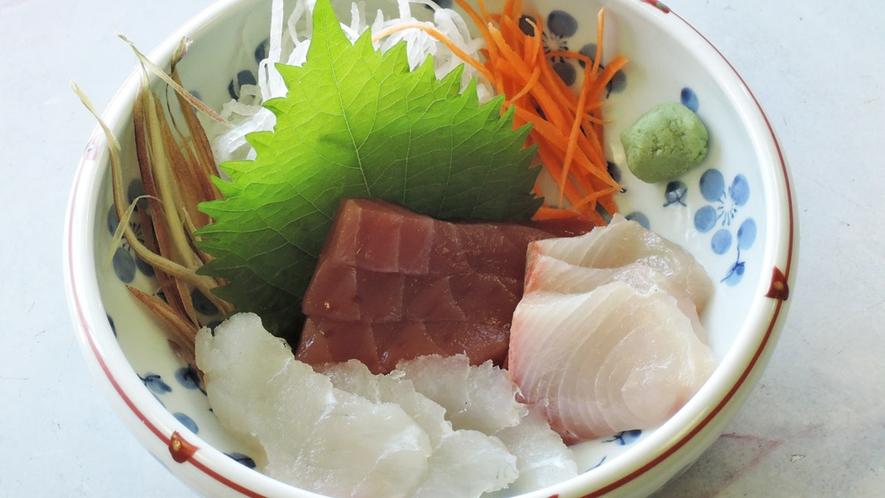 *【夕食一例】青島港でその日に揚がった魚の刺身