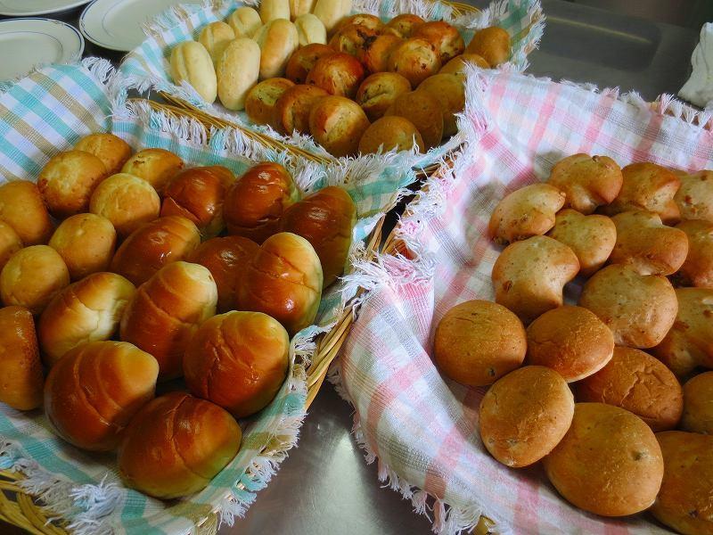 朝食は焼き立てパンのバイキング付