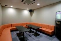 カラオケルーム:ゆとりある空間で熱唱を。