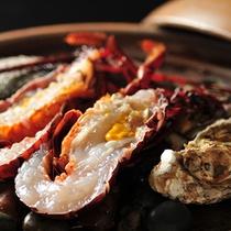 伊勢海老一匹と貝の宝楽焼です。