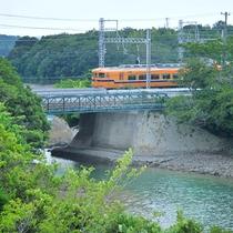 【鉄道の見える海側和室】