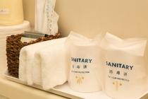 お部屋には歯ブラシ、石けん、シャンプー、ひげそり、ブラシ、女性用基礎化粧品などをご用意してあります。