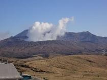 中岳噴火口(草千里から)