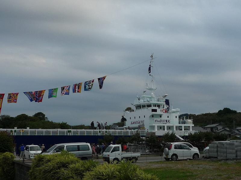 前の港に超巨大船
