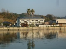 旅館の前は静かな入り江(港)です。