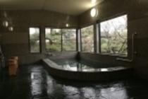 別棟のお風呂からは、手入れの行き届いた庭を眺めながら入浴できます。