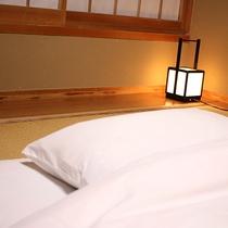 【客室一例】行燈の明かりが心を落ち着かせてくれます。