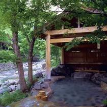 混浴露天風呂「せせらぎの湯」(初夏の景観)※女性専用時間あり