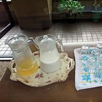 【モーニングサービス】セルフサービスでりんごジュースと牛乳。