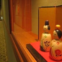 【廊下】季節に合わせた飾りをほどこしております。