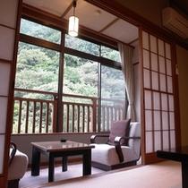 【懐かしい昭和の趣を残す客室】和10畳+和3畳+広縁