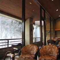 【ロビー】冬には白く輝く雪景色を眺めます。