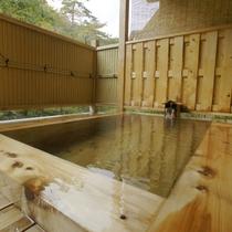 【露天風呂】女性用、男性用の内風呂に併設した露天風呂。