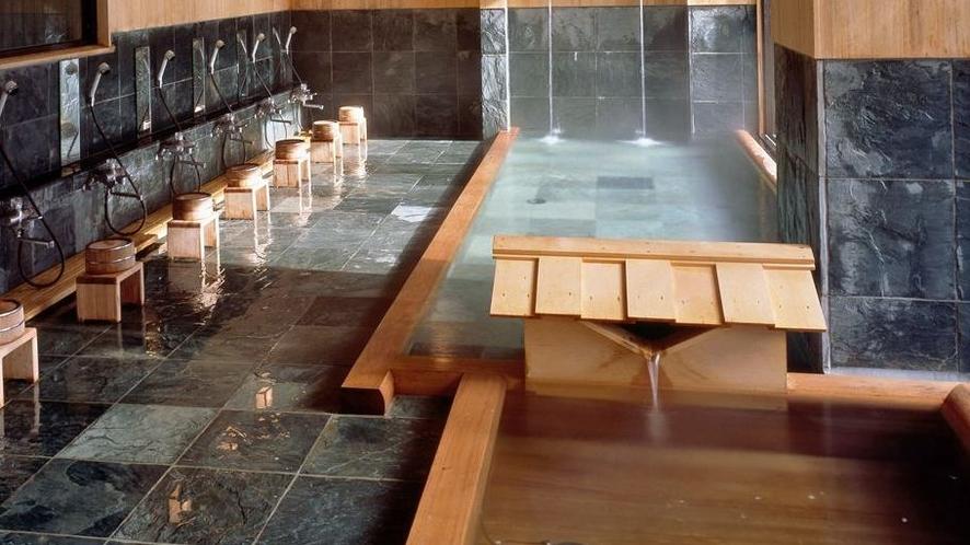 【大浴場】自家源泉100%かけ流しの贅沢を、解放感抜群の大浴場で。