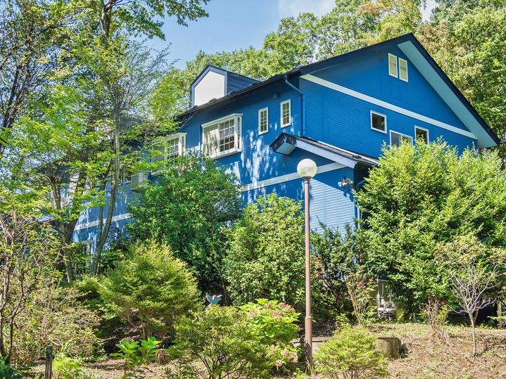 四季折々の日差しを浴びて建つ青い洋館