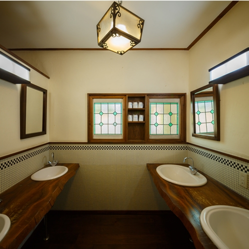 クラシカルでゆったりとした共同洗面所