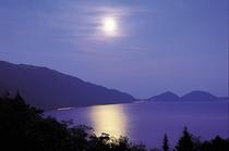 支笏湖の月