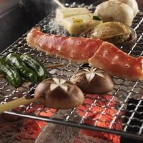 ■囲炉裏で焼く「魚介の網焼き」です(プラン・時節により変更がございます)