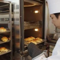 ■朝食には焼き立てのパンも