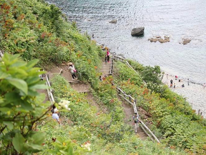 島武意海岸に降りる階段