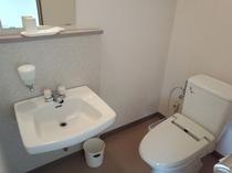 洗浄器付き洋式トイレと洗面スペース付き