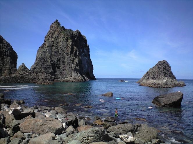 下から見る島武意海岸