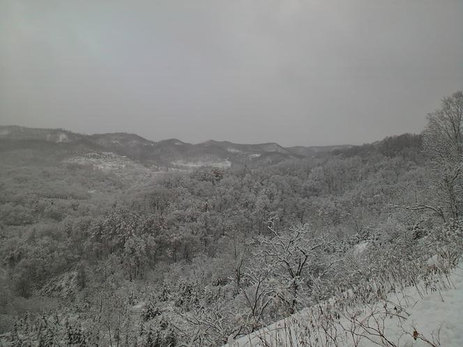 山々も雪に彩られる冬