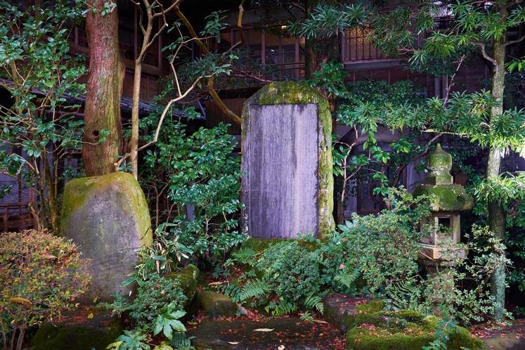 和宮様の50年碑は早川沿いの庭園にございます。