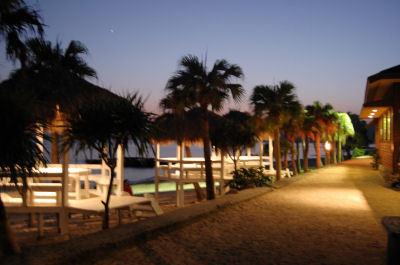 夕暮れのビーチサイド