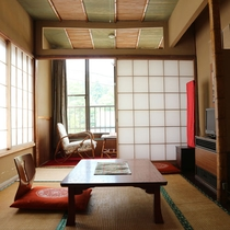 *【客室一例】こぢんまりとした雰囲気の落ち着いたお部屋です。一人旅やビジネス利用にもおすすめ。