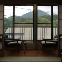 *【お部屋からの眺め】霊峰谷川岳をはじめとした山々に囲まれ、自然に恵まれた土地に位置しています。