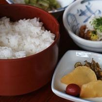 *【朝食一例】ふっくらと炊き上げた白いごはんとパリッとした歯ざわりのお漬物。