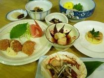 """サロマ湖のホタテが美味しくなる6月から10月の間、夕食はフライ・刺身などの""""ホタテづくしメニュー""""。"""