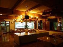 夕食・朝食は、館内のこちらの食堂で。サロマ湖が望めます。