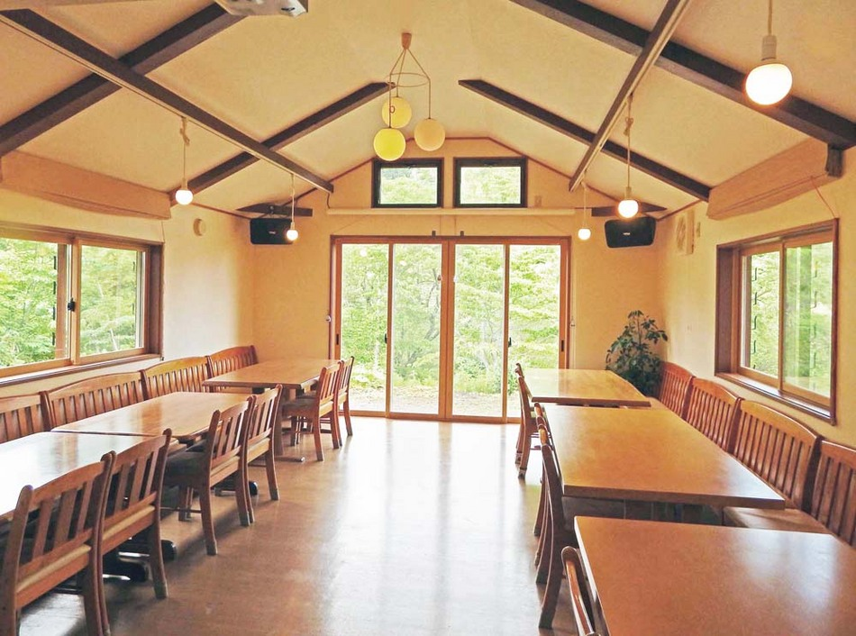 明るく開放的な雰囲気の食堂